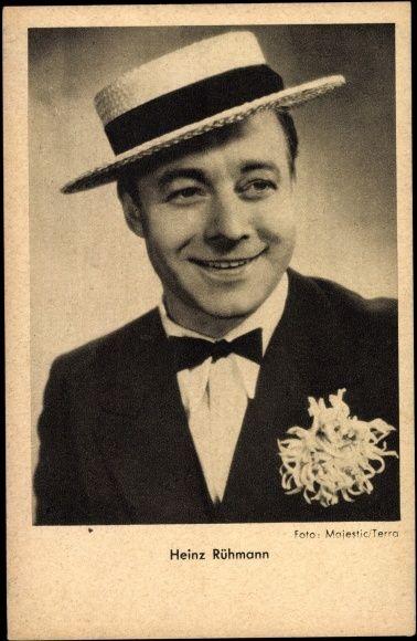 Ansichtskarte / Postkarte Schauspieler Heinz Rühmann, Portrait mit Strohhut und Chrysantheme | akpool.de