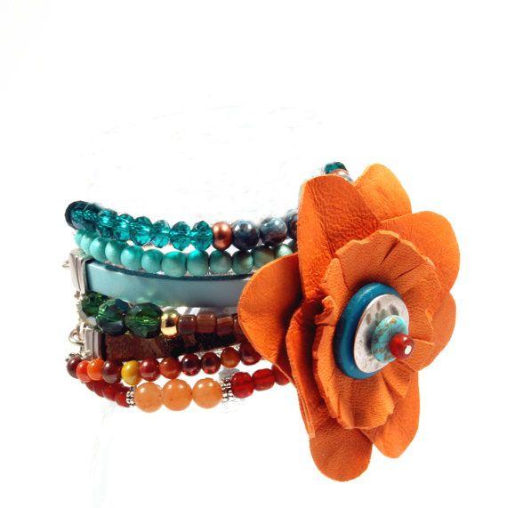 Leren bloem armband - oranje en groen turkoois - leer, hout, glas - gypsy hippie stijl