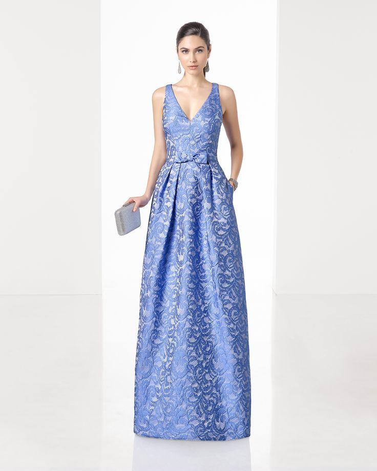 Vestido de fiesta largo clásico de costura de brocado con escote pico y espalda cruzada, en color coral, azul y cobalto.