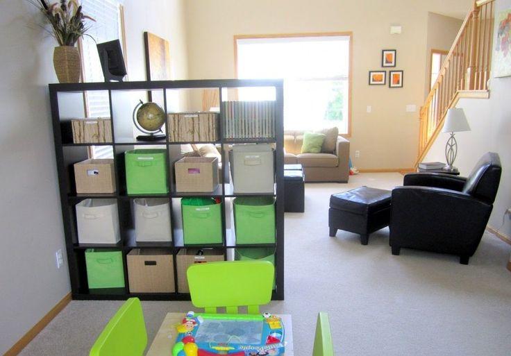 Стеллаж поможет разделить комнату на «родительскую» и «детскую»