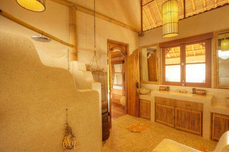 Avec sa #décoration typique #balinaise, cette spacieuse salle de bain offre tout le #confort dont vous avez besoin.