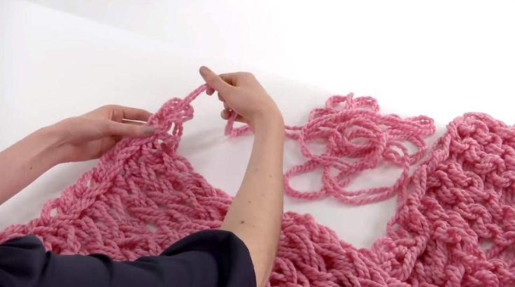"""Lite tid över i kväll eller i mellandagarna? Varför inte """"sticka"""" en fin scarf – med händerna. Snabbt går det också."""