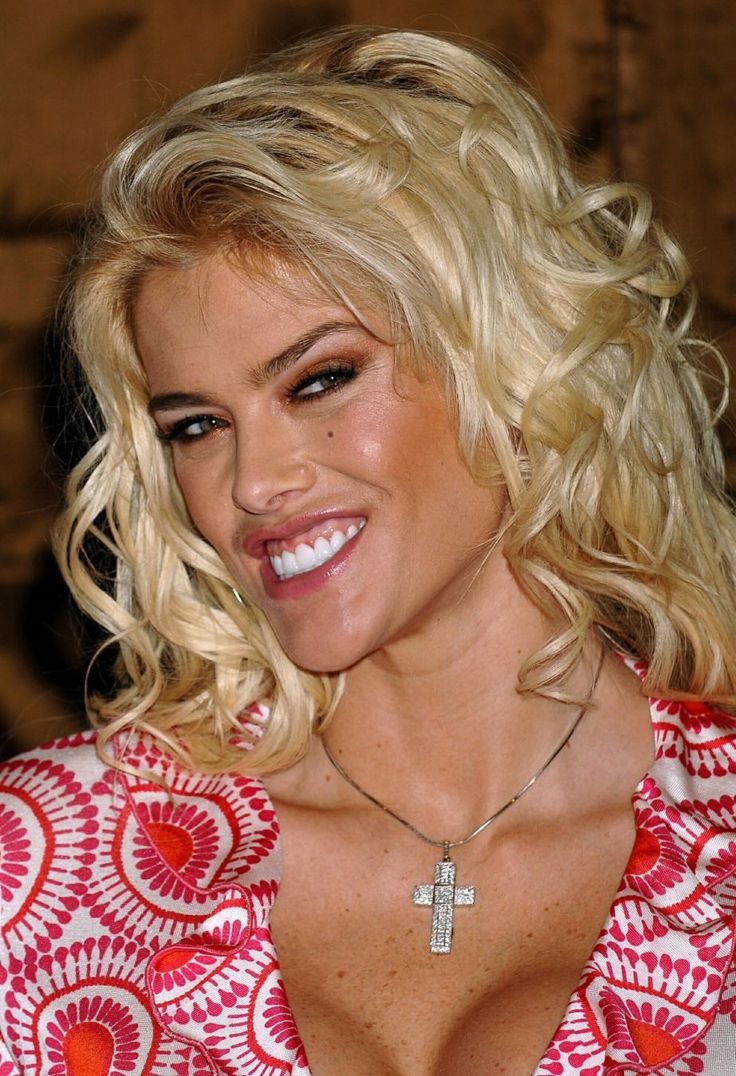 Anna Nicole Smith - In Red And White 0001.jpg;  923 x 1350 (@50%)
