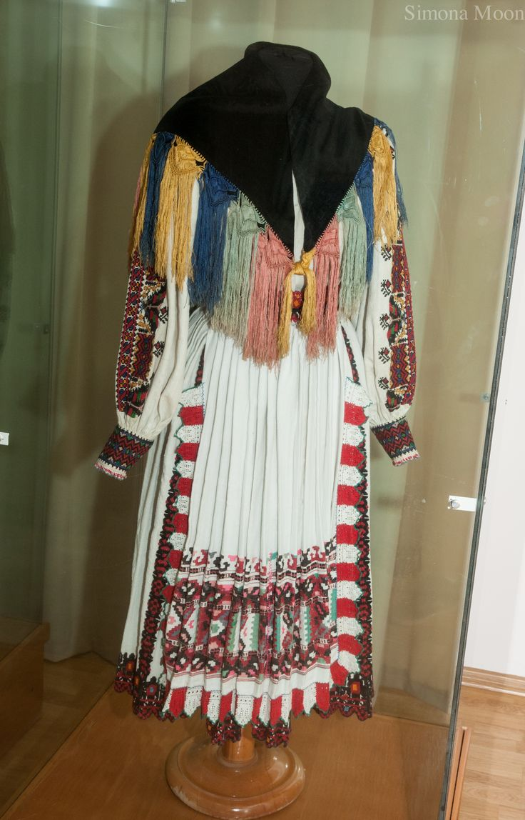 Costum popular Arad.  Muzeul de Arta Populara Constanta.   https://simonaions.wordpress.com/2015/02/19/costum-popular-arad/