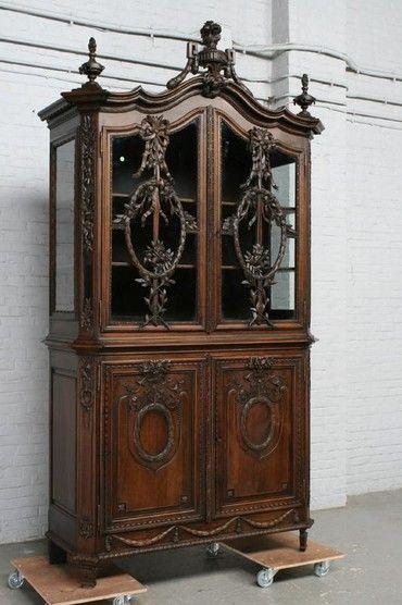 старинная мебель - витрина из ореха