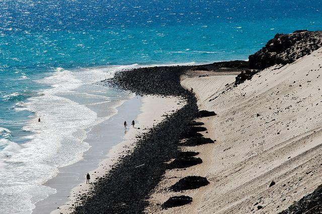 Arena blanca y rocas negras - Playa en Jandia, Fuerteventura by Andreas Weibel, via Flickr