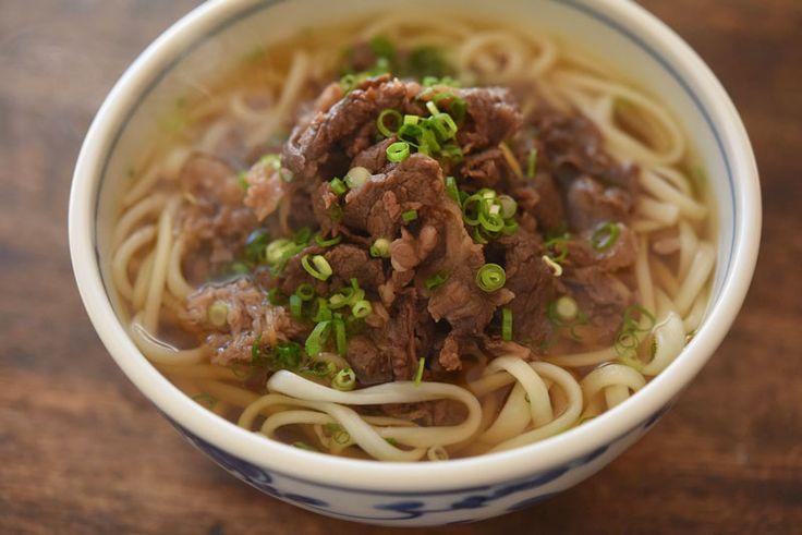 いちばん丁寧な和食レシピサイト、白ごはん.comの『肉うどんの作り方』を紹介しているレシピページです。みました。和風出汁と牛肉の甘みが混然一体となる定番の組み合わせ。牛肉の炊き方から写真つきで詳しく紹介しています。ぜひお試しください。