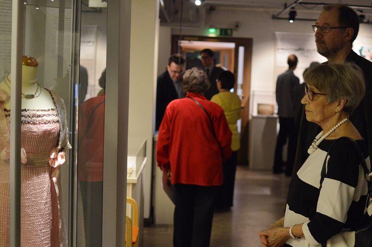 Sara Waclinin jäljillä -näyttelyn avajaisiin Pohjois-Pohjanmaan museolla on kerääntynyt suuri joukko Wacklinin elämästä ja ajasta kiinnostuneita. Luuppi, Oulu (Finland)