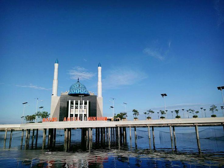 Lebih dikenal dengan nama Masjid Terapung dengan keunikannya yang dibangun di atas permukaan laut dan berada tepat di sebelah timur laut Pantai Losari.[Photo by instagram.com/vanyhilman]