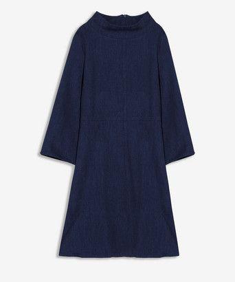 Jurk statements - <ul><li>Slanke jurk</li><li>Gemaakt van luxe denim in diep blauwe kleur</li><li>Opstaande kraag</li><li>Verhoogde taillenaad</li><li>Uitlopende mouw</li><li>Blinde rits op middenachter</li><li>Gemaakt in ons atelier in Turkije</li></ul>