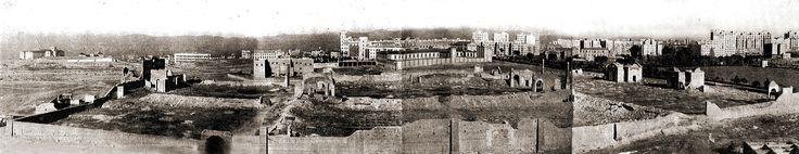 Cementerio de San Martín, en una excelente panorámica que nos permite ver, al fondo, las promociones de la Compañía Urbanizadora Metropolitana, de los hermanos Otamendi, y a la derecha las instalaciones del tercer depósito del Canal de Isabel II. La foto podría  ser de finales de los años veinte o treinta.