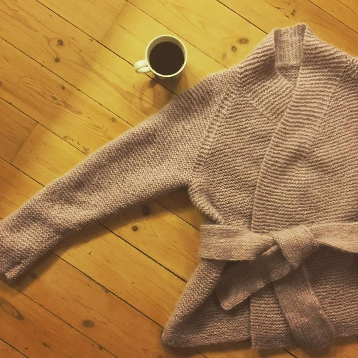 En slags #kimonooh er ferdig og det tok sin tid! Men syns raglanfellingen gjorde seg godt til kragen og fasongen ellers. // slightly modified #kimonooh off the needles. Took me a couple of years but I love it! #fo #picklesoslo #picklespurewool #wool #coffeeandknitting #knittingandcoffee #coffee #kaffebox #pink by sofiehnilsen