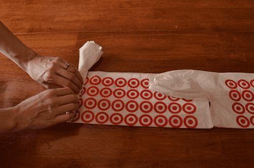Idée de génie : Elle roule ses sachets en plastique et les mets à l'intérieur de...