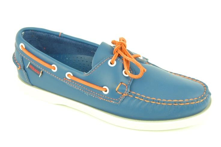 Heren bootschoen van SEBAGO in jeansblauw met vrolijke oranje stiksels en veters als accent.  Binnenzijde leder, witte rubber zool.100% anti-slip zool.