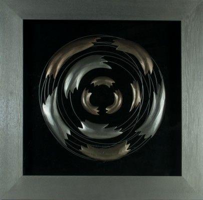 Obraz przestrzenny Collapsing Wave został zainspirowany załamującą się falą oceanu. Gruba rama i pięknie połączone przez artystę elementy metalowe o zaokrąglonych kształtach tworzą dzieło sztuki, który wpadnie w oko każdemu miłośnikowi sztuki nowoczesnej.