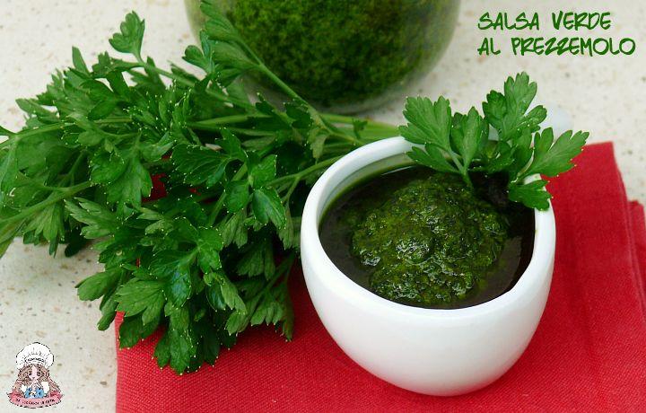 Potete gustare la salsa verde al prezzemolo accompagnando carni bollite,uova sode,pesci bolliti o alla griglia.Facile e veloce da preparare.Una vera delizia