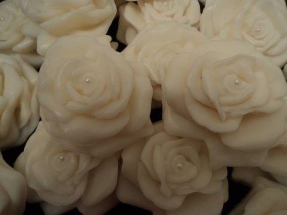 Lindo sabonete em formato de rosa. Acompanha caixinha de acetato e laço da cor que você desejar. Ideal para presentear e decorar lavabos, banheiros, caixas de presentes.  Aromas: Rosa do marrocos, pitanga, bamboo, lavanda. R$ 4,50