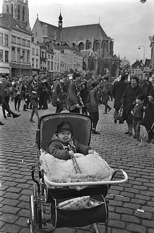 Ook gevonden op het internet.. Een oude foto van Carnaval op de grote markt in Breda.