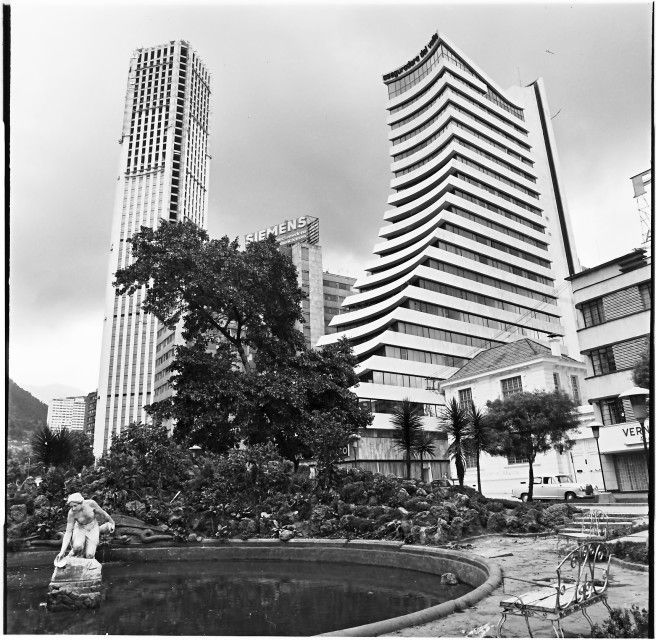 La Rebeca con Edificios Aseguradora del Valle y Colpatria / Manuel H / 1974 / Colección Museo de Bogotá: MdB 11861 / Todos los derechos reservados