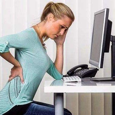 BEL FITIĞI NEDİR?  Bel bölgemizde bulunan omurgaların arasındaki kıkırdak yapının omirilikten çıkan sinirlerin sıkıştırılmasıdır.  Çekirdek dediğimiz kısmın,bağ dokusu dediğimiz kısmın elastik kısmı yırtılarak,omirilik kanalı ve sinir köklerine baskı yapacak şekilde yırtılmasına bel fıtığı denir.  Bel fıtıgının nedenleri -Yaşa bağlı olarak gelişen dejerasyon -Ters hareketler -Düşme -Ağır bişey kaldırma  Omurgamız çok sayıda kemikten oluşur. Omurganın esnek olmasını sağlayan ise bu kemikler…