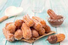 I churros sono dei deliziosi dolcetti di origine spagnola, si tratta di bastoncini dolci cosparsi di zucchero che solitamente si intingono nel cioccolato, sono divini!