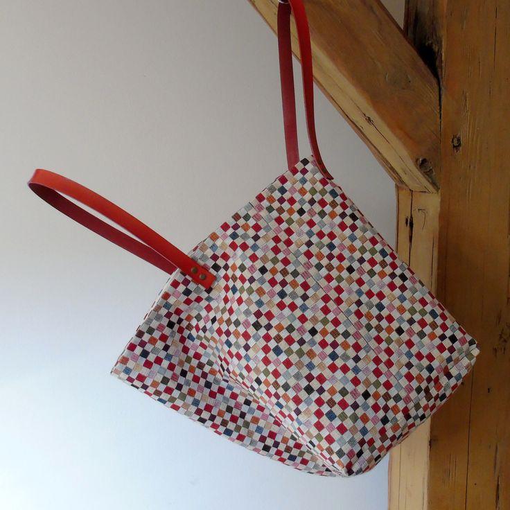 Saky+paky+č.78+Kostičky+Velká+taška+ušita+z+luxusní,+veselé,+gobelínové+látky,+dovezené+zBerlína.+Působí+svěžě+a+nepřehlédnutelně.+Sportovně+i+elegantně.+Vnitřní+část+bavlna.+Odnímatelná+kožená+ucha+Dá+se+nosit+přes+rameno+i+v+ruce.+Snadná+údržba+-+prát+na+40+stupňů+v+šetrném+prostředku+na+vlnu+...