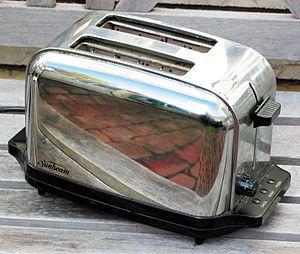 General Electric lanzó una tostadora eléctrica en 1909, patentada con el nombre de D-12. Se piensa que fue la primera tostadora eléctrica del mercado.