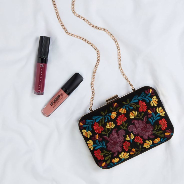 """50.8 mil curtidas, 232 comentários - Primark (@primark) no Instagram: """"The perfect elegant embroidered clutch💕Only €12! (Available in: 🇮🇪 🇫🇷 🇮🇹 🇪🇸 🇵🇹) #Primark #fashion"""""""