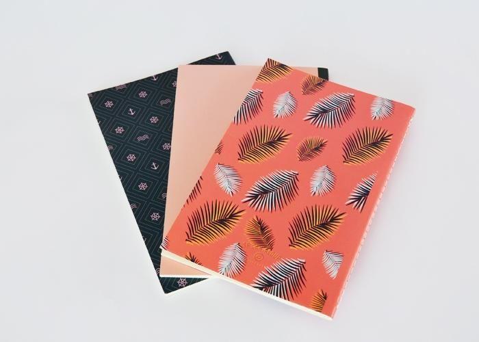 Tamaño: 13.5 cm x 21cm Interiores papel bond marfil Portada: Cartulina Sulfatada Hojas punteadas 72 páginas Colores: Pink Palm, Rosa, Navy