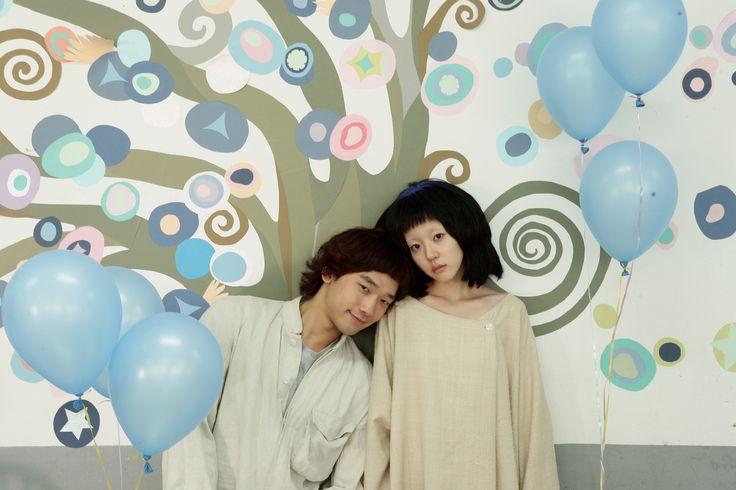 """Película: Ssaibogeujiman Gwaenchanha / I'm a Cyborg, but that's OK. Director: Park Chan-wook. """"Encantarse de las virtudes, enamorarse de los defectos""""."""