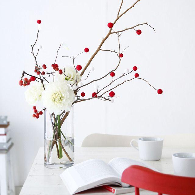 小さな紅白のお餅でできた餅花飾り。お正月や小正月の飾りにするものだそう。100均材料と拾ってきた枝で、簡単に手作りしてみました。