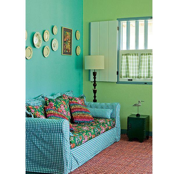O verde limão foi combinado com o turquesa, na decoração da designer de interiores Neza Cesar. A cor foi escolhida a partir da cortina xadrez (Foto: Edu Castello/Casa e Jardim)