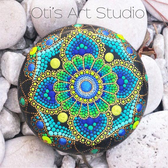 Piedra de Mandala-pintado a mano  Esta piedra preciosa fue creada con mucho amor y alegría. Las piedras de mandala tienen en ellos muchas horas de trabajo alegre y oración para que el dueño se sienta la vibración de alegría, felicidad y el valor de nuestro hermoso universo.  Tamaño: diámetro 8.5cm.in / 3,35 pulgadas.  La piedra como este es el mejor lienzo para pintar y expresar mi amor por el color y mi gratitud a la madre tierra.  Mano piedra pintado mandalas debe manejarse con cuidado...