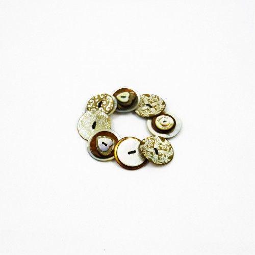 Sobriété du beige...Bracelet en nacre gravéeaux motifs variésqui sublime votre poignet.Original, le bracelet Aurel est un bijou de créateur français fabriqué artisanalement. Chaque pièce est unique et reste une fantaisie hau