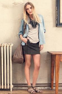 mini-jupe et T-shirt large avec la surchemise
