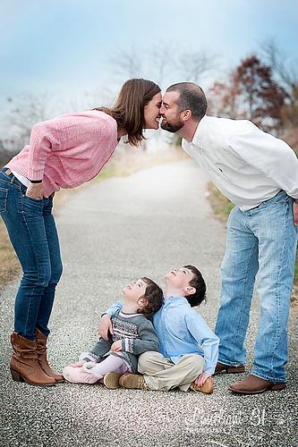 A dos pais beijando lá atrás e as crianças na frente está bem comum, mas essa das crianças olhando pra cima ficou fantástica!