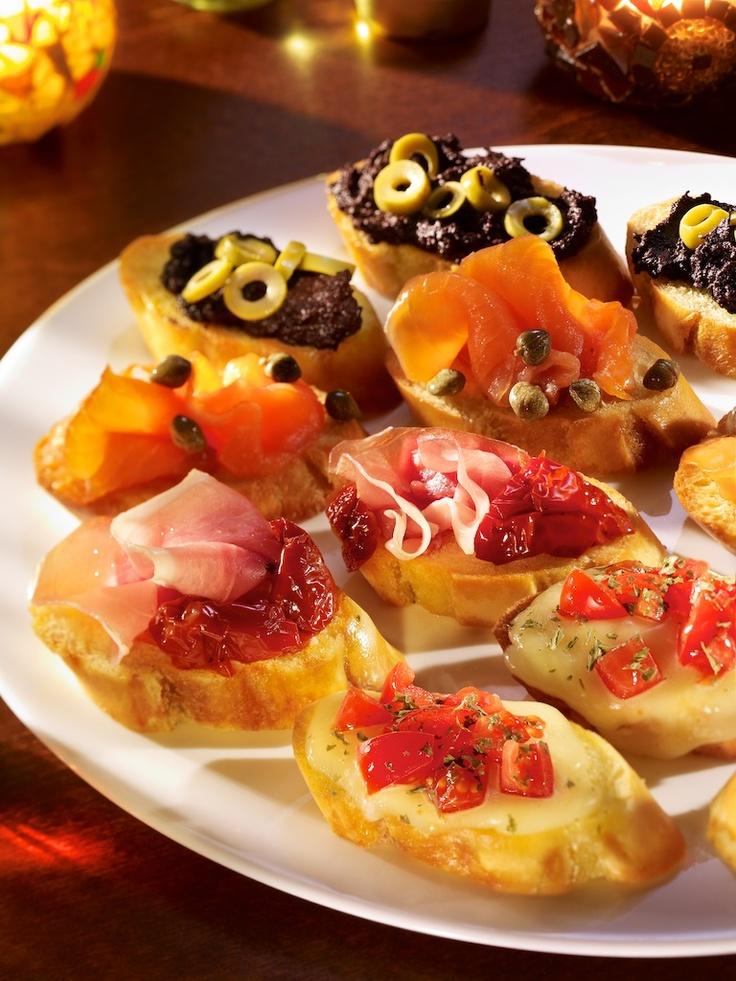 Party platter - contine 12 bruschete: 3 prosciutto crudo, 3 somon afumat, 3 caprese, 3 cu masline