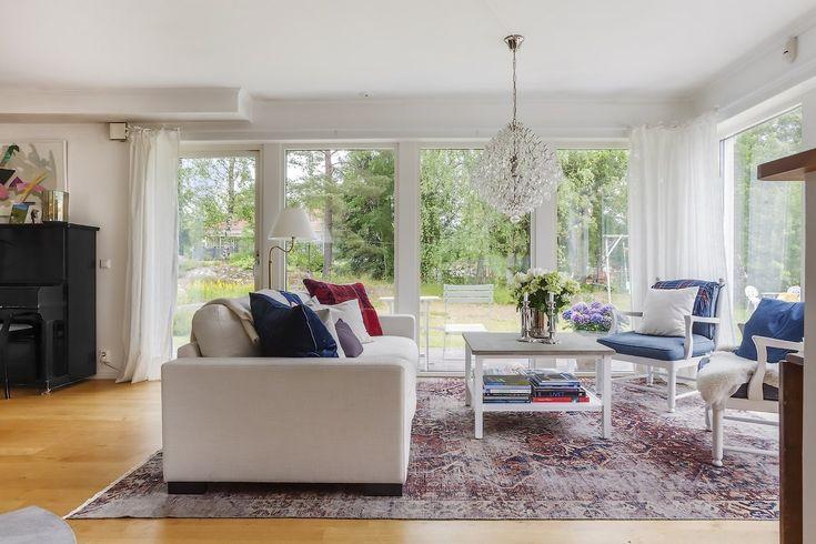 Vintagematta och vit Valen soffa. Djup soffa, låg soffa, vardagsrum, vintagematta, persisk matta, iran, möbler, inredning, linne. http://sweef.se/11-mattor
