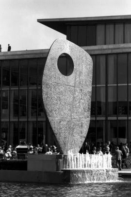 Cette sculpture abstraite de 21 mètres de haut en bronze intitulée « Single Form » et dédiée à la mémoire de Dag Hammarskjöld, a été dévoilée au siège des Nations Uniesle 11 juin 1964. La sculpture, a été exécutée par Barbara Hepworth, artiste britannique. C'est un cadeau de Jacob Blaustein, ancien délégué des États-Unis à l'Organisation des Nations Unies, qui était un ami personnel de l'ancien Secrétaire général.