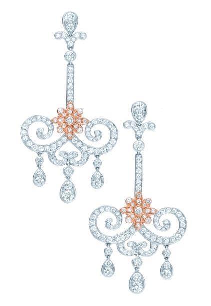 """175 Jahre Tiffany & Co. - das muss gefeiert werden! Etwa mit der neuen """"Enchant""""-Kollektion, aus der auch diese prächtigen Ohrringe stammen. Als Vorlage dienten den Designern die reich verzierten Gartenpforten des 19. Jahrhunderts. Es funkeln weiße, handgeschliffene Brillanten, gefasst in Platin und 18 Karat Roségold."""