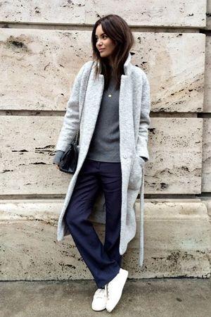 синие брюки и серое пальто
