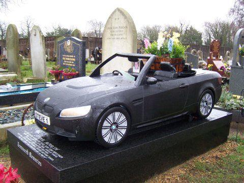 Kurioser Grabstein: Britin bestattet Mann unter BMW-Cabrio
