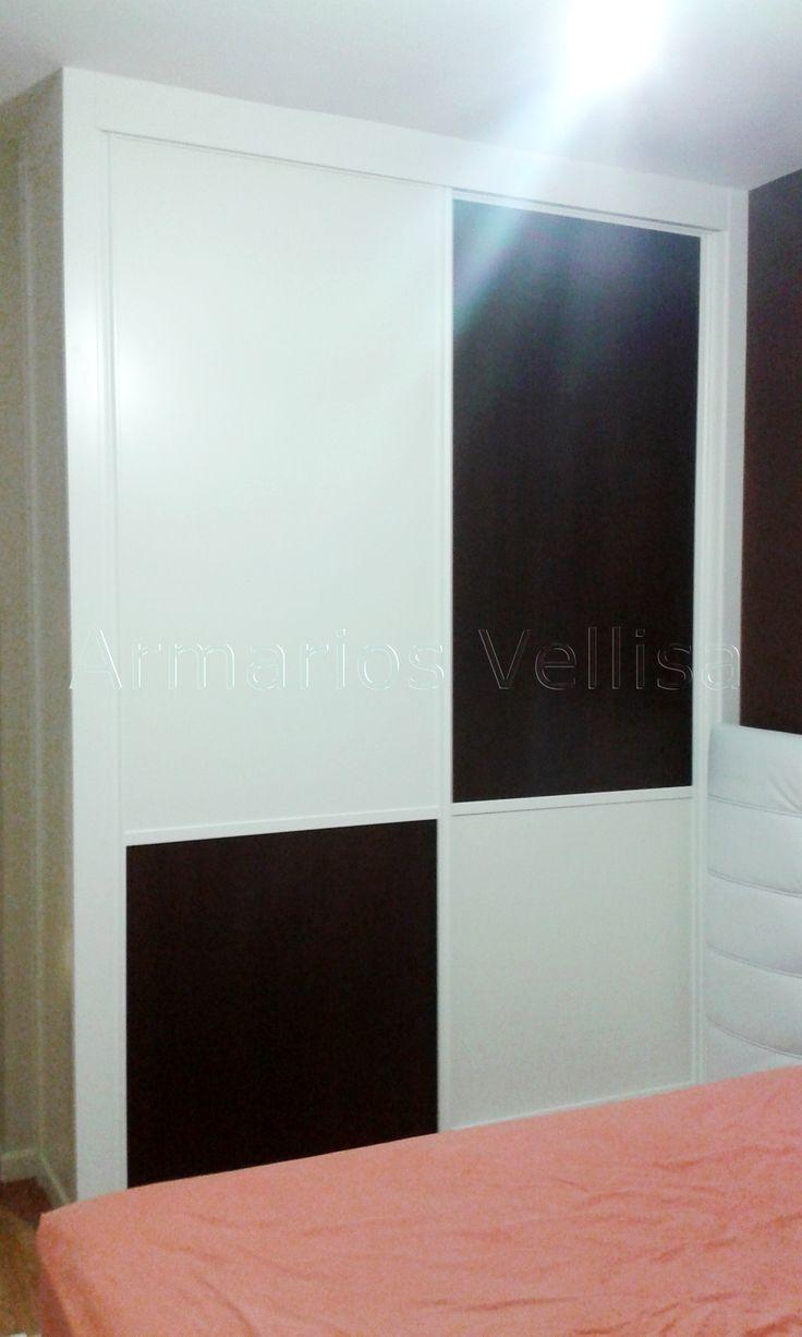 Armario empotrado en dormitorio principal 261 X 190 X 50 Puertas correderas: 2 Modelo Japonés. Costado visto izquierdo.  Junquillo aluminio de 2,5 cm.  Color base: Blanco melamina. Color en rectangulos verticales: Negro melamina y blanco melamina.