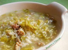Il riso e verza in brodo è una calda minestra facilissima da preparare. Un primo piatto sostanzioso ed appetitoso grazie alla presenza della salsiccia!