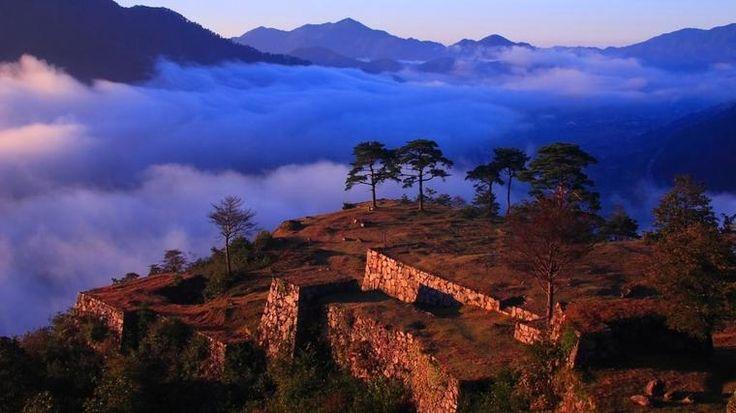僕自身、「天空の城」・「日本のマチュピチュ」とも呼ばれる竹田城跡へ行きたいとずっと思っていました!ですが、史跡保全のため現在は竹田城跡への入城は出来ません…> <…そこで、入城解禁される3月下旬あたりから、みんなで行ってみませんか?ぜひこの機会に、幻想的な風景を一目見ましょう!!