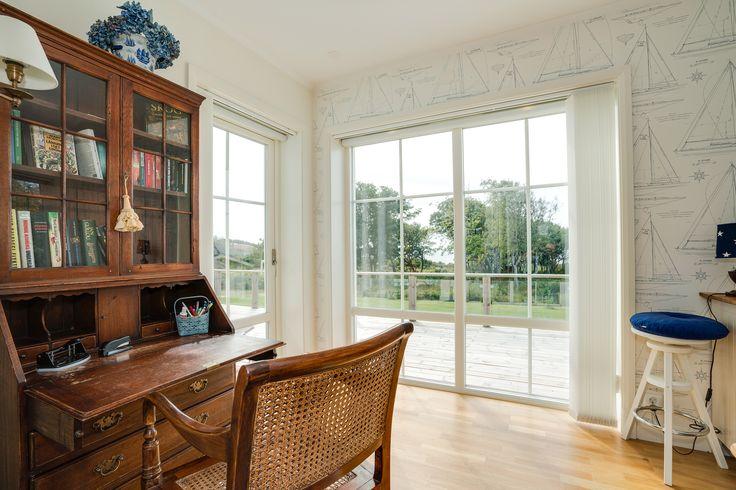 Stora fönster i sovrummet låter dig vakna med ljuset!