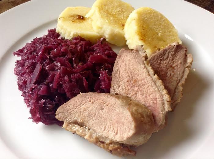 Pečená kachna v této úpravě je skvěle šťavnatá, avšak není mastná. Sladkokyselé červené zelí chuť masa skvěle osvěží a bramborový knedlík doladí.