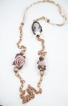 Bixut - Collar Coline marrón. Realizado en ágata, camafeo, lazo,cadena de seda y piezas de metal de fantasía.