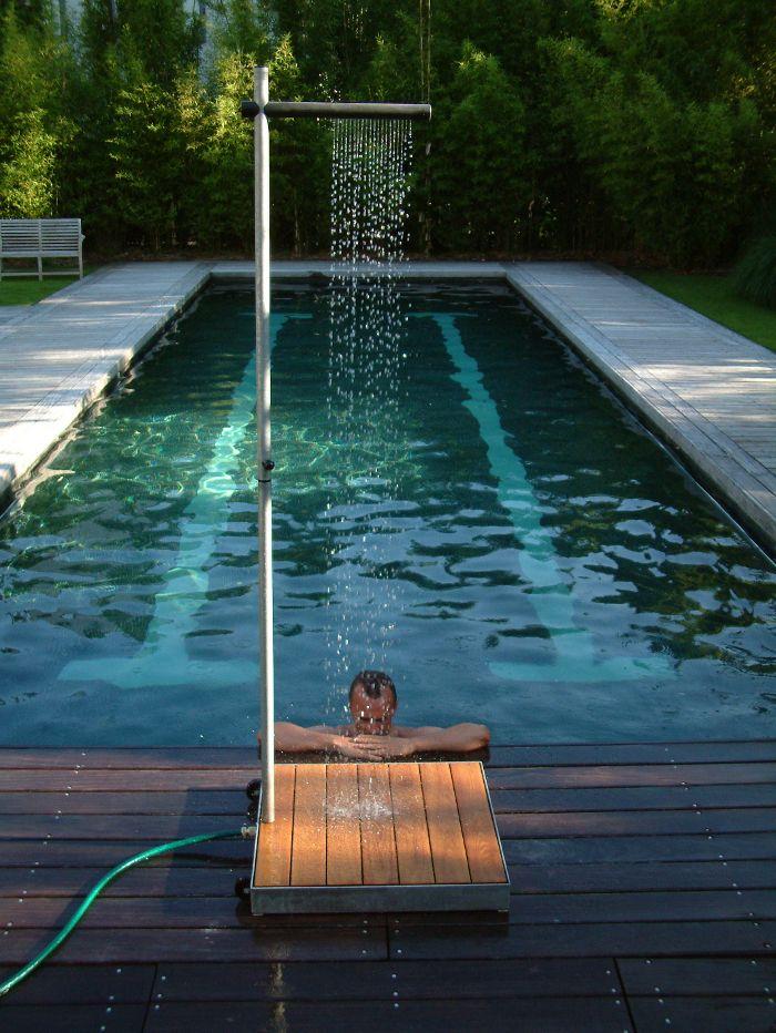 Praktisch, schnell aufstellbar und erfrischend. Cascade ist eine Außendusche für den Garten oder die Terrasse aus feuerverzinktem Metall. Die Akazien-Hartholzlatten des Sockels sind haltbar und rutschfest..somit darf sie an den Pool..