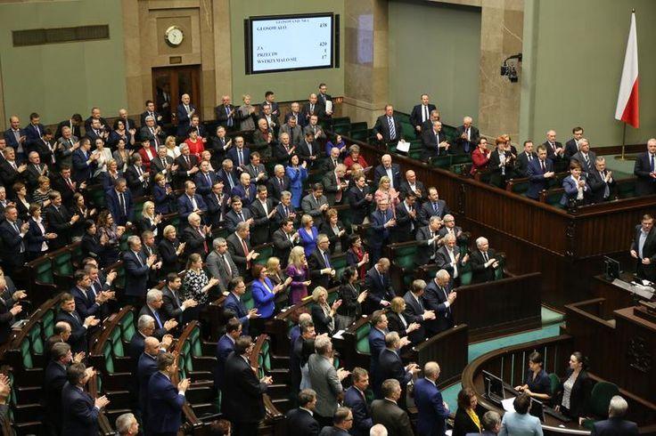 Dnia 23 grudnia 2015 r. mija 10 lat od złożenia przed Zgromadzeniem Narodowym przysięgi http://sowa.quicksnake.org/Solidaritt-BSo/BOSKI-USTAWOWO-PDO250-Divine-Rudra-Halny-Jaroslaw-Kaczynski-FO-von-Stefan-Kosiewski-ZECh-CANTO-DCL  Posłowie i senatorowie zebrani na uroczystym Zgromadzeniu, składając hołd pamięci Prezydenta Lecha Kaczyńskiego, wyrażają przekonanie, że Prezydent działając w Wolnych Związkach Zawodowych, Solidarności, pełniąc wysokie funkcje państwowe, społeczne i samorządowe,